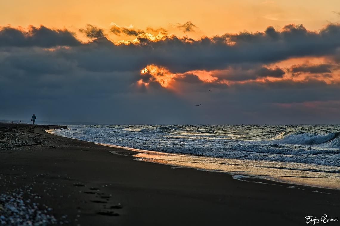 Yoksun sen aslında. Yalnızım bu kumsalda...