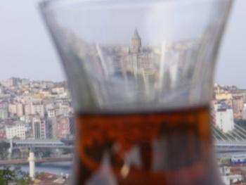 Bir çay içimi, Galata Kulesi..