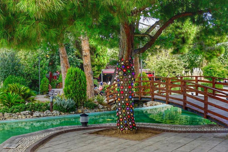 Parkta yarn bambing (ağaç süsleme sanatı)