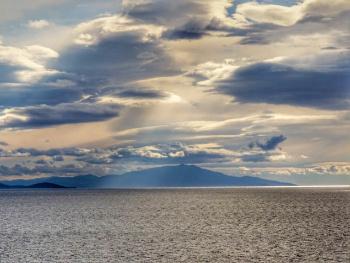 Bulutlar Midilli üzerinde..