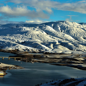 Karlı dağlar.