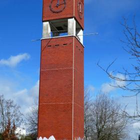 Kirchturm mit Graffiti