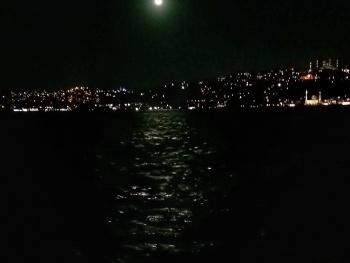 Ayın şavkı vurdu geceye