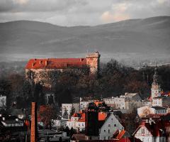 Castle Otmuchów, Polonya - greyscale red