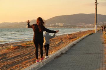 Korana günlerinde sahilde yürüyüş