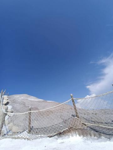 藍天下的鹽山