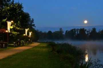 ...full moon and boulevards on the Neisse River